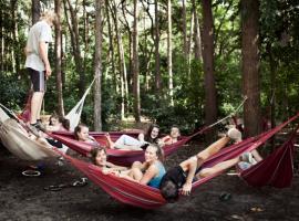 Jongeren in hangmatten